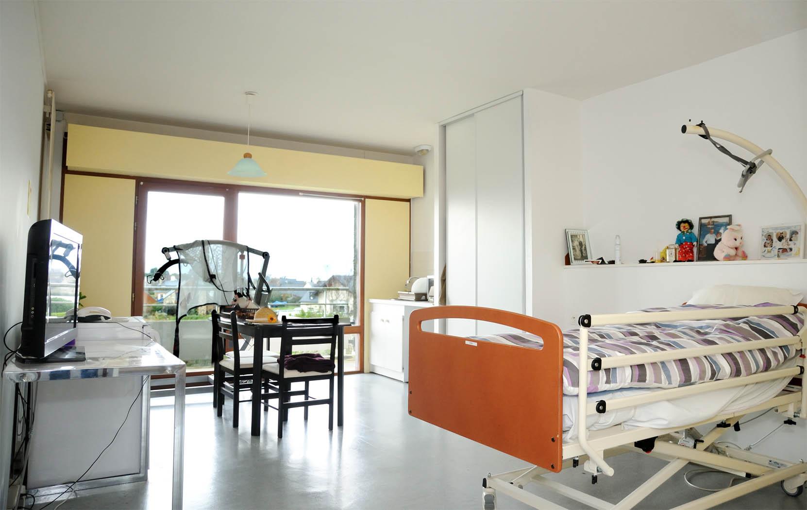acheter une chambre en maison de retraite chambre ehpad. Black Bedroom Furniture Sets. Home Design Ideas